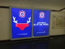 Le slip français parade avec ses cornes dans le métro. Photo © Guillaume.