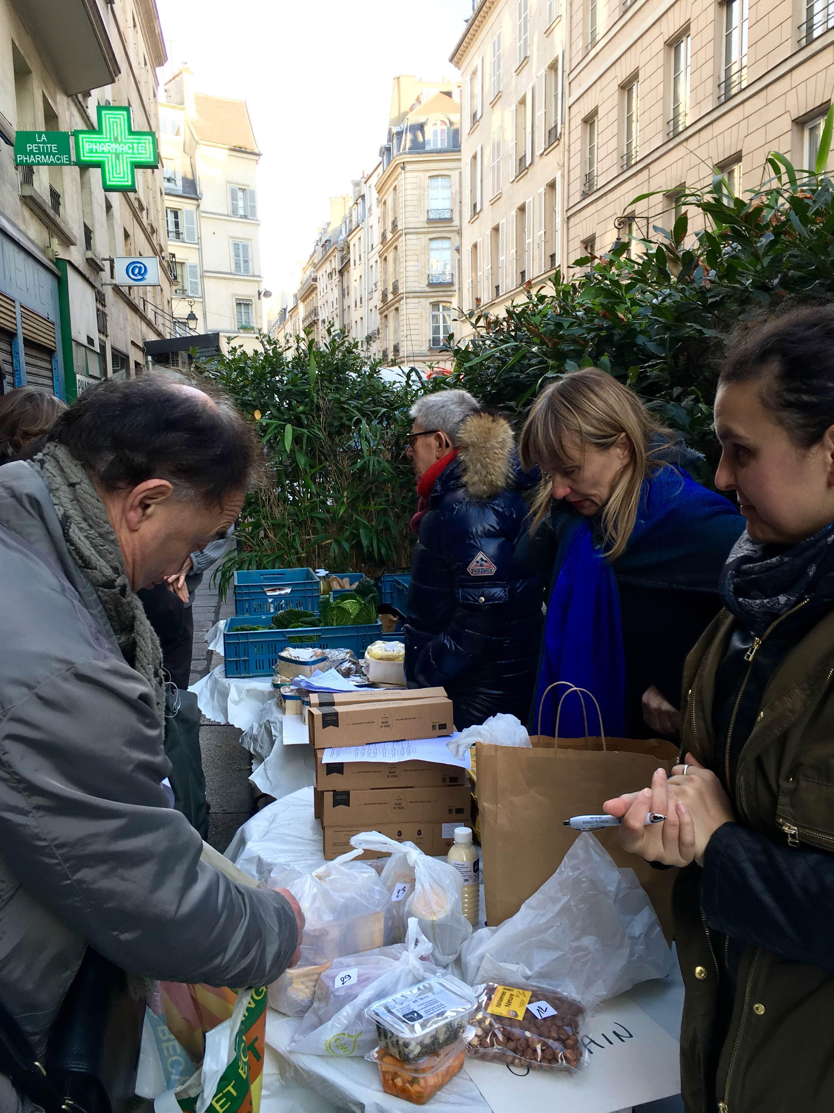 Samedi matin devant l'épicerie Da Rosa : la Ruche bourdonne de locavores. Photo © Guillaume.