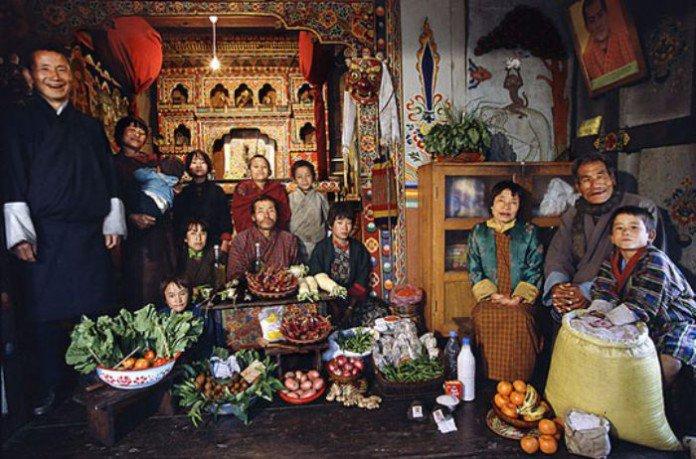 Bhoutan : la famille Namgay. 5 euros pour sept adultes et 6 enfants.