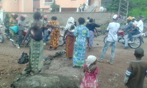 Les veuves des militaires barricadent la route à Goma, Photo Pierre Buingo/novembre 2015
