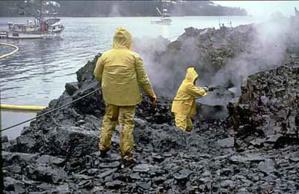 Nettoyage des côtes de la baie du Prince William, en Alaska, après le naufrage du pétrolier Exxon Valdez en mars 1989 (CC)
