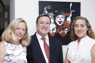 Sur la photo: M. et Mme l'Ambassadeur avec Caroline Bergonzi