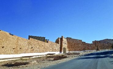 Les fortifications du village. Photo (c) Habib Kaki