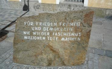 Le monument dédié aux victimes du fascisme devant la maison d'Adolf Hitler. Photo (c) Lucignolobrescia
