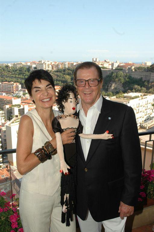 Elizabeth Wessel présente Lola à Roger Moore Ambassadeur de l'UNICEF© Christian Pinson