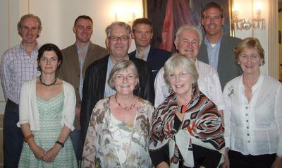 Photographie (DR): De gauche à droite, 1° rang: Síghle Bhreathnach-Lynch, Olive Knox; 2° rang Róisín Kennedy, Robert Ballagh, Patrick Murphy, Antoinette Murphy; 3° rang James O'Halloran, Mike Cronin, Mark Adams, David Gardiner