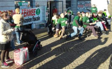"""Militants Bizi à Bayonne le samedi 10 décembre 2016 pour une action """"chaises musicales"""" et dénoncer l'évasion fiscale. Photo (c) Julie Cartelier"""