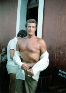 Roger Moore lors d'un tournage (c) DR
