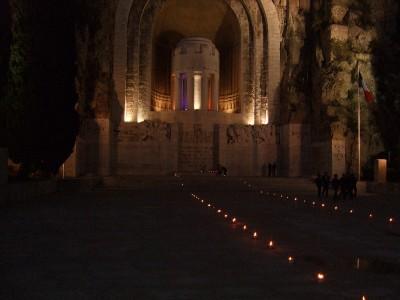 Le 9 et 10 novembre aux monument aux morts de Nice à Rauba Capeu le souvenir Français organise les flammes de la mémoire en présence des enfants des écoles