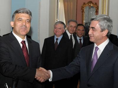 La poignée de main historique des deux présidents Abdullah Gül et Serge Sarkissian - Photo DR