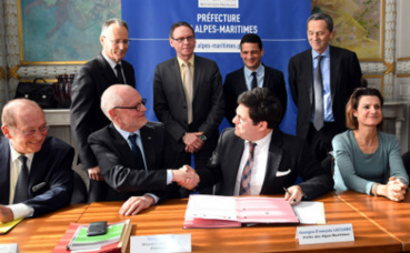 Poignée de main entre Serge Telle, ministre d'Etat, et Georges-François Leclerc, préfet des Alpes-Maritimes. Photo (c) Manuel Vitali / DC