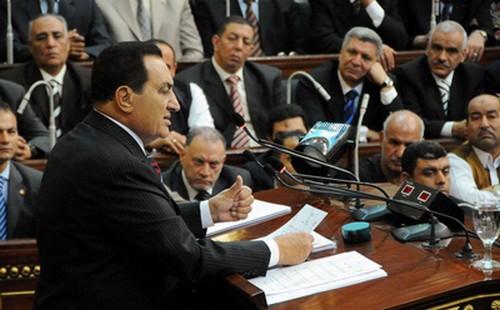 Le Président Moubarak au Parlement