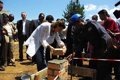 Pose de la Première pierre du Centre de Référence Anti Paludéen par SAS la Princesse Stéphanie, aux côtés du Ministre de la Santé Malgache et de la représentante de l'OMS. Photo (c) N. Saussier