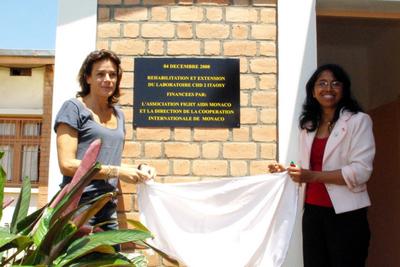 La Princesse Stéphanie inaugure le nouveau laboratoire d'analyses de l'hôpital d'Itoasy aux côtés du Dct Sylvia, Directrice de l'établissement. Photo (c) N. Saussier
