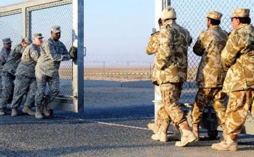Soldats koweïtiens et américains à la frontière irako-koweïtienne. Image du domaine public.