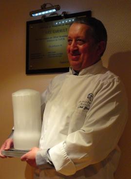 Joël Garault devant la plaque dévoilée. Photo (c) CAP 3D