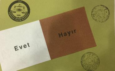"""Modèle d'enveloppe et de bulletin de vote utilisé lors du référendum constitutionnel du 16 avril 2017 en Turquie. """"Evet"""" pour le """"oui"""" et """"Hayır"""" pour le """"non"""". Image du domaine public."""
