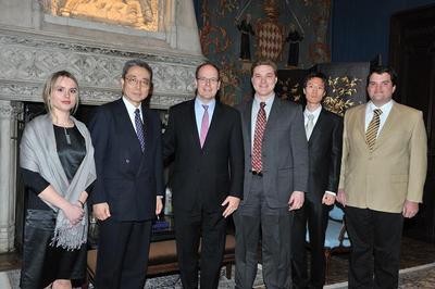 SAS le Prince Albert II, M. Kaname Ikeda, Directeur Général d'ITER, et quatre des cinq post-doctorants. Photo (c) Palais Princier