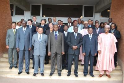 La photo de famille, devant les bureaux de la Communauté urbaine de Yaoundé, après la cérémonie de lancement des activité