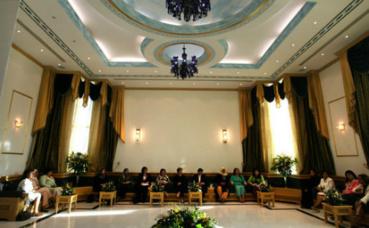 Diwaniya réunissant uniquement des femmes au Koweït. Image du domaine public.