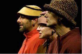 Antonio Gil Martinez, Hayley Carmichael, César Sarachu dans Va et viens (photo : Szkárossy Zsuzsa, www.revizoronline.hu)