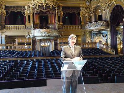 Jean-Louis Grinda présente le programme sur la scène de l'Opéra. Photo (c) CAP 3D