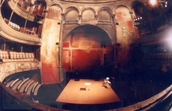 L'intérieur du Théâtre des Bouffes du Nord (site officiel du théâtre)
