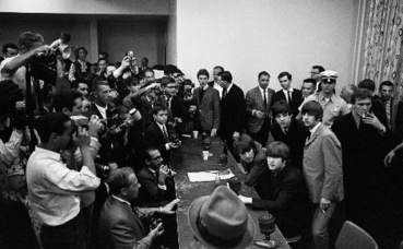 Rencontre presse avec les Beatles à Atlantic City en 1964. Philippe Tallois est près du mur, derrière Paul McCartney. Copie de photo d'archives.