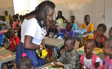 Fatou, membre de Xaleyi, auprès d'écoliers sénégalais. Photo (c) Xaleyi. Cliquez ici pour accéder au site officiel