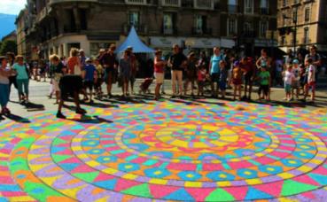Mandala géant dessiné sur le sol du Cours Jean Jaurès. Photo (c) Anaïs Mariotti