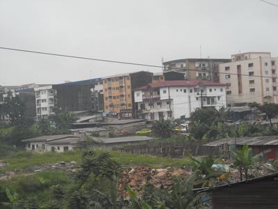 Des taudis tout au tour de la Cité des Palmiers (quartier résidentiel)