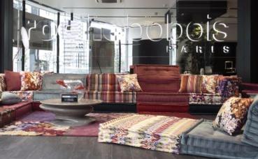 Le showroom abrite les nouvelles collections, ainsi que quelques-uns de ses produits historiques, dans une architecture contemporaine mêlant béton brut, céramique et verre. Photo (c) Roche Bobois