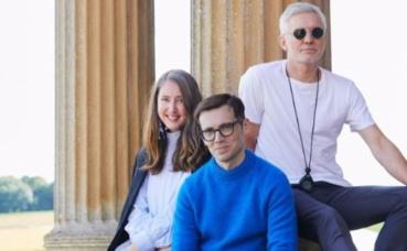 A gauche, la directrice artistique du géant suédois, Ann-Sofie Johansson, au centre le designer Erdem Moralıoğlu, à gauche Baz Luhrmann, le réalisateur. Photo (c) H&M