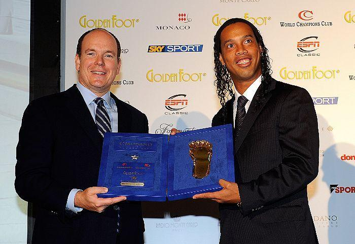Le Prince Albert II et Ronaldinho avec l'empreinte du Pied en or. Photo (c) Getty Images