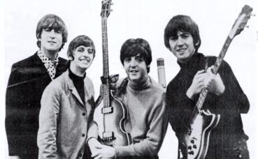 """Les Beatles en 1965, un an avant la sortie du tube """"Eleanor Rigby"""". Image du domaine public."""