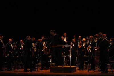 Paul-Emmanuel Thomas si congratula col 1° violinista dopo il concerto - Foto (c) L.Mattera