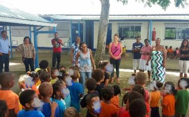Les élèves s'apprètent à se ranger sous les consignes de l'enseignante. Photo prise par Stéphane Lupon
