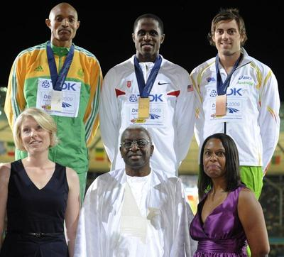 Au premier rang: Julia-Vanessa, petite-fille de Luz Long, Lamine Diack, Président de l'IAAF et Marlene Dortch, petite-fille de Jesse Owens (c) JOHN MACDOUGALL/AFP