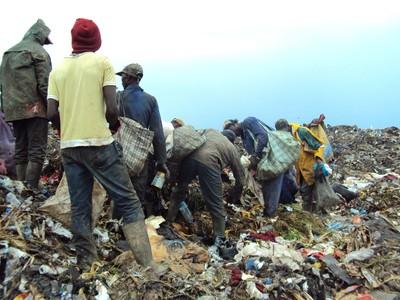 Les récupérateurs sont organisés ou non en association et  effectuent un tri à l'arrivée des camions-chargeurs (EYAMBE EKALLE Adolphe)