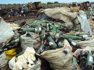 Ils récupèrent surtout les métaux (ferrailles), le verre, certains plastiques, des bouteilles plastiques et tout autre matériel ou matière jugés utiles ( EYAMBE EKALLE Adolphe)