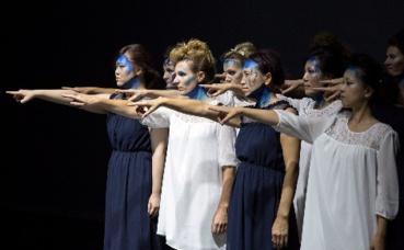 """Extrait de la pièce """"99 Femmes"""". Photo courtoisie (c) Liz Hingley"""