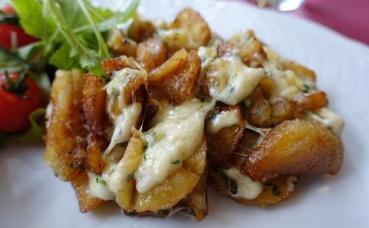 La truffade, une délicieuse spécialité régionale tout droit venue du Cantal, à base de de tomme fraîche et de pommes de terre. Photo (c) Guilhem Vellut.