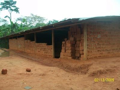 Ecole publique de Nguinda Batiment abritant la SIL et le CP le bilinguisme et les locaux qui abritent ses apprenants manquent réellement de volonté politique 50 ans après (photo ETOAA Joseph)