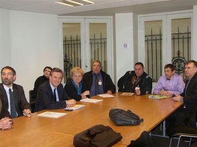 Contre le 'racket bancaire', Dupont-Aignan propose 'le droit au crédit'