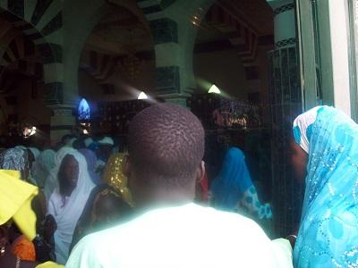 Les fidèles dans la mosquée de Tivaouane