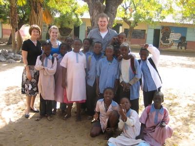 Quelques membres de la délégation à l'école colobane 2