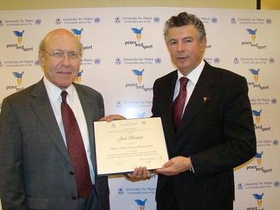 Dr. John Maresca, Recteur d'UPeace et Joël Bouzou, Président de Peace and Sport, à Costa-Rica. Photo (c) DR