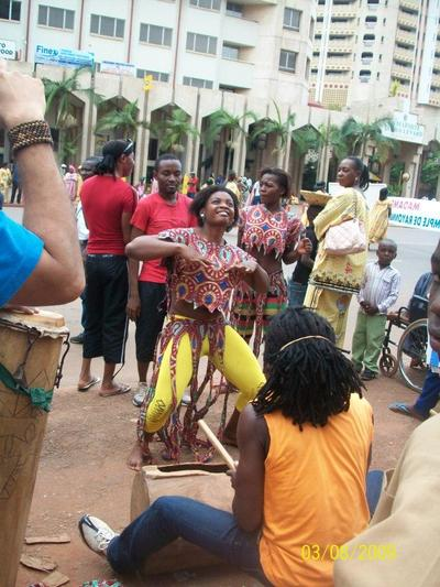Danse traditionnelle lors du défilé du 8 mars