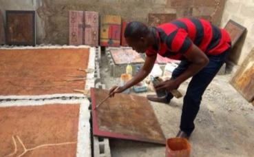 Kokou Ekouagou à l'œuvre. Photo prise par l'auteur.