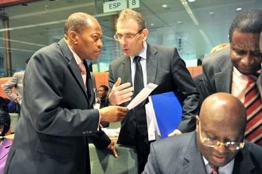 M. Andris Piebalgs échangeant avec M. Mohamed Ibn Chambas, le Président de la Commssion de la CEDEAO, ont paraphé la révision de l'Accord de Cotonou, en vue de sa signature officielle en juin porchain à Ouagadougou, le 19 mars. Photo (DR)